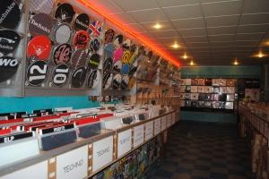 Les rayons regorgent de vinyles, triés et sélectionnés avec soin.