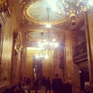 Le hall du 1er étage : mélange subtile entre le prestige de l'Opéra Garnier et la lumière de la Galerie des Glaces à Versailles.