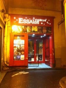 Le théâtre de l'Essaïon est caché dans la petite ruelle Pierre au Lard, à deux pas de Beaubourg.