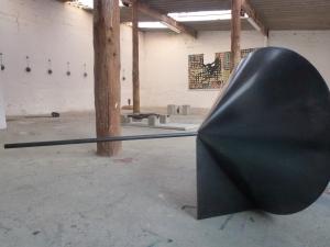 Osman Dinç recouvre ses sculptures d'acier de poudre de plomb : elles paraissent ainsi imposantes et intriguent le regard du visiteur.