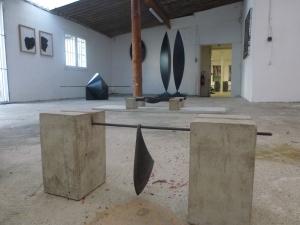 Les sculptures, en bois et en acier, côtoient les peintures à l'encre acrylique.