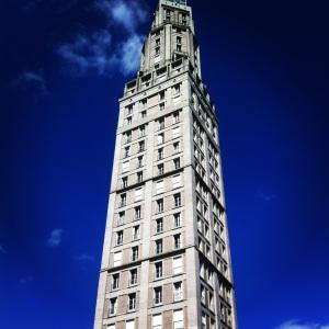 La Tour Perret // LE JOUR : concentré d'architecture d'après-guerre et curiosité du terroir.