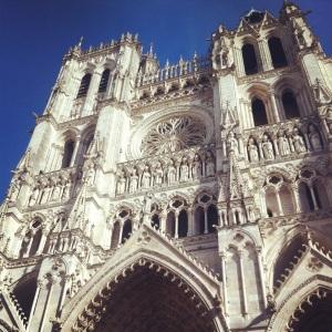 La cathédrale, à côté de laquelle Notre-Dame-de-Paris est insignifiante.