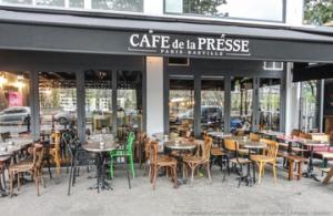 La terrasse du café de la presse, qui n'est rien comparée à l'intérieur vintage et industriel.