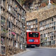 Cimetière de Montjuïc à Barcelone (Espagne) : Accrochée au versant sud de la montagne de Montjuïc, cette route qui navigue entre les tombes et les mausolées au style très artistique est une expérience à part entière. Solennelle, esthétique et pleine de culture barcelonaise, le cimetière de Montjuïc donne un coup de couleur à Halloween. Attention tout de même à ne pas s'aventurer dans les étages, les morts du 5è sont très taquins à ce qu'il paraît... Crédits photo : Edwin Winkels