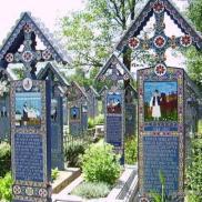 Cimetière de Sapanta (Roumanie) : Être triste dans un cimetière est tellement banal que les roumains ont décidé de créer un cimetière joyeux. Il se situe à Sapanta, au nord de la Roumanie. Par contre, quand il s'agit d'avoir peur, c'est une autre histoire. Si les tombes, magnifiques stèles en bois peintes de couleurs vives, sont agréables à regarder, elles illustrent également la scène du décès du mort enterré dessous. Lugubre tout en étant drôle... Mais tout est une question d'humour. Crédits photo : Association GIR