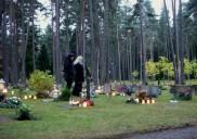 Cimetière des bois (Skogskyrkogården) à Stockolm (Suède) : C'est l'œuvre de grands designers du début du XXè siècle. C'est aussi l'un des sites suédois classés au patrimoine mondial de l'UNESCO. Le cimetière de Skogskyrkogården est en pleine forêt, qui devient très sombre dès l'après-midi, au moment d'Halloween. Silencieux et sobre, le lieu surprendra le visiteur avec ses petites bougies, plus ou moins nombreuses selon les tombes. Pour un Halloween angoissant et glacial. Crédits photo : Wikimédia Commons