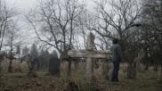 Cimetière de Stull, dans l'état du Kansas (USA) : C'est en plein Kansas que se trouve le cimetière sans doute le moins visité du monde. En effet, les américains fuient Stull comme la peste après le nombre d'apparitions mystérieuses des dernières années. Il paraît qu'il abriterait l'une des sept portes de l'Enfer. Certains satanistes aiment venir s'y recueillir, car le Diable y ferait une apparition deux à trois fois dans l'année... Pour les plus courageux. Crédits photo : Unknown