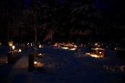 Cimetière de Toivakka (Finlande) : Un des nombreux cimetières nordiques, agencés selon les traditions scandinaves, ou encore orthodoxes. La coutume exige que quelques heures avant les fêtes de la Toussaint et de Noël, les familles des défunts aillent allumer une bougie sur les tombes de leurs proches décédés. Et la veille de la Toussaint... c'est Halloween. Une promenade plutôt magique, quoi qu'un peu angoissante, dans la neige, dans la nuit et entre les sapins. Crédits photo : Palokka-voyages (Blogspot)