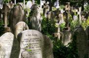 Cimetière de High Gate à Londres (Angleterre) : Haut lieu de résidence réputé des vampires, le cimetière de High Gate a abrité bon nombre de phénomènes surnaturels depuis son ouverture, en 1839. Les chasseurs de suceurs de sang rodent encore, afin d'en piéger un ou deux. La balade promet d'être mouvementée alors, autant pour les rencontres intrigantes que le franchissement des herbes hautes. Car oui, c'est un peu la forêt vierge entre les tombes. Mais c'est tout le charme d'un Halloween à la londonienne. Crédits photo : Tripadvisor