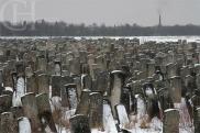 Cimetière juif de Brody (Ukraine) : C'est celui qui fait le plus froid dans le dos. Brody, petite ville de la Galicie, a été fondée il y a plus de 800 ans. La population juive, représentant environ deux tiers des habitants, avait son propre cimetière, ébranlé à la seconde guerre mondiale par les nazis. Il est à présent envahi par les herbes hautes, dans un espace désertique, pris d'assaut par la neige dès les premières gelées. Lunaires et prenant aux tripes, pour un Halloween plutôt sentimental. Crédits photo : Cyril Horiszny (Kyrylo)