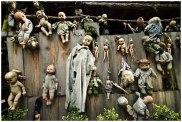 Cimetière de poupées sur l'Isla de la munecas (Mexique) : C'est le cimetière qui perturbe. Une île, perdue au milieu de nul part, non loin de Mexico, remplie de poupées pendues aux arbres. L'idée vient de Don Julian Santana Barrera, qui s'installa seul sur l'île il y a une cinquantaine d'années. Très vite, il découvre que l'endroit est hanté par l'esprit d'une fillette. Pour l'apaiser, il s'est mis à collecter toutes les poupées, mêmes les plus délabrées, et à les accrocher aux arbres. L'homme est décédé depuis 2001, mais l'île et ses curiosités se visitent à présent. Une bonne occasion de retomber en enfance pour Halloween... Crédits photo : Daniel Malka