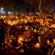 Cimetière Xoxocotlan (Mexique) : À la veille de la Fête des morts, le soir d'Halloween, il faudra faire escale à Xoxocotlan, dans le sud du Mexique. Les morts sont veillés toute la nuit à la bougie, et leurs proches se donnent pour mission de redécorer leurs tombes. Une occasion de rentrer en contact avec les défunts, et de leur demander la couleur de fleurs qu'ils préfèrent par exemple. Pas de frissons à l'horizon, simplement de la lumière, des prières et des chants. Un Halloween folklorique en perspective. Crédits photo : Eduardo Verdugo