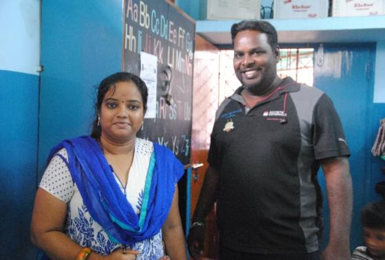 Vaidevi, coordinatrice de Speed Trust et de l'agence «Human Trip India» et Manivannan Gilli, entraineur du Rugby Slum Club, mais aussi veilleur des lieux. © AR
