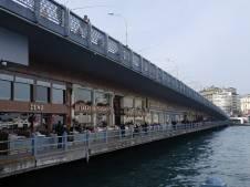 Le pont Galata à deux niveaux : les pêcheurs en haut, les restaurants à l'entresol.